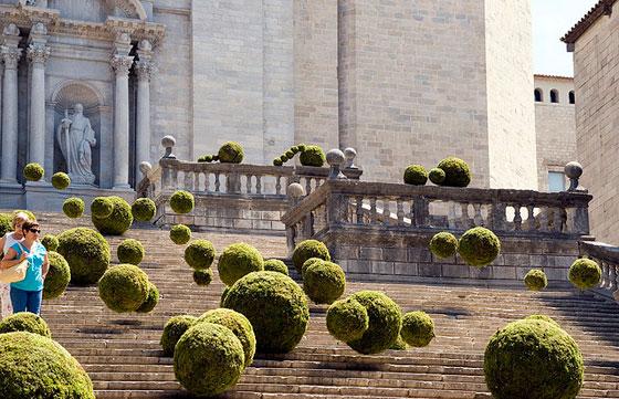 Esferas verdes sobre la ciudad