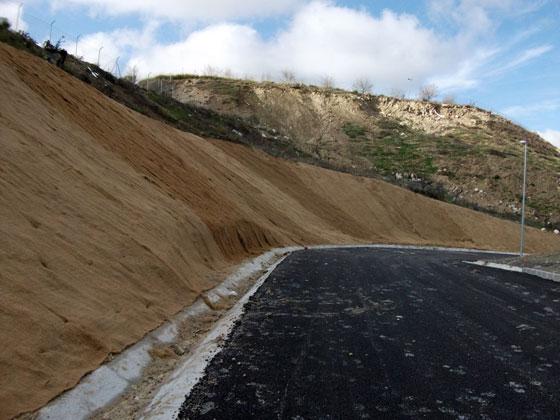 Control de la erosión en taludes con hidrosiembras y mantas orgánicas