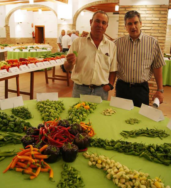 Vicente Tronchoni con un fruto de Bhut jolokia en una exposición de picantes del mundo