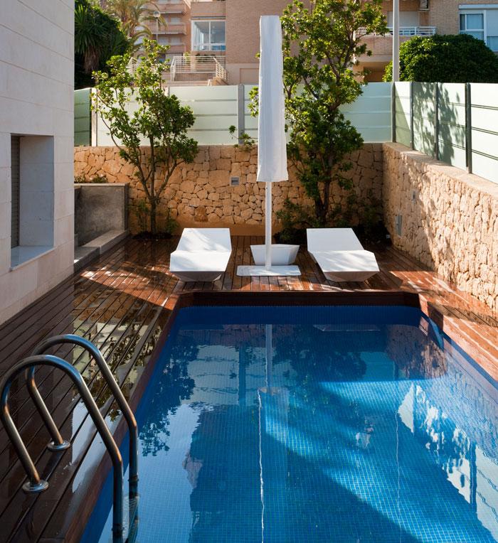 Solarium y piscina. Al fondo dos madroños protegen de las miradas indiscretas