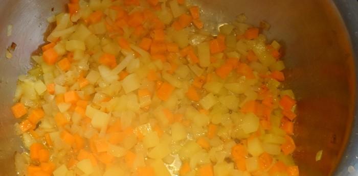 Sofriendo las verduras para la sopa ribollita